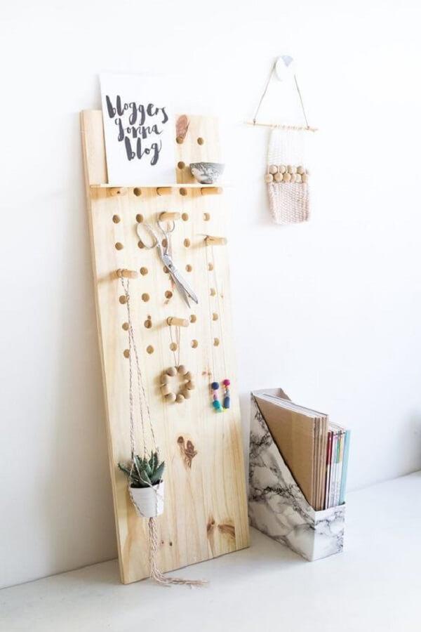 Para quem não quer fixar o pegboard madeira na parede, opte por modelos que possam ficar posicionados no chão