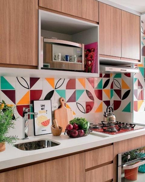 Rodabanca com revestimento colorido (foto: Luiza Carvalho)