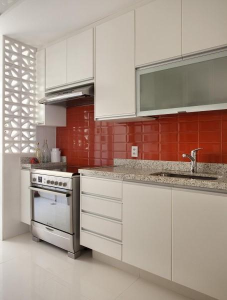 Rodabanca com revestimento vermelho e móveis planejados brancos (projeto: Artis Design+ Fábio Bouilet e Rodrigo Jorge)
