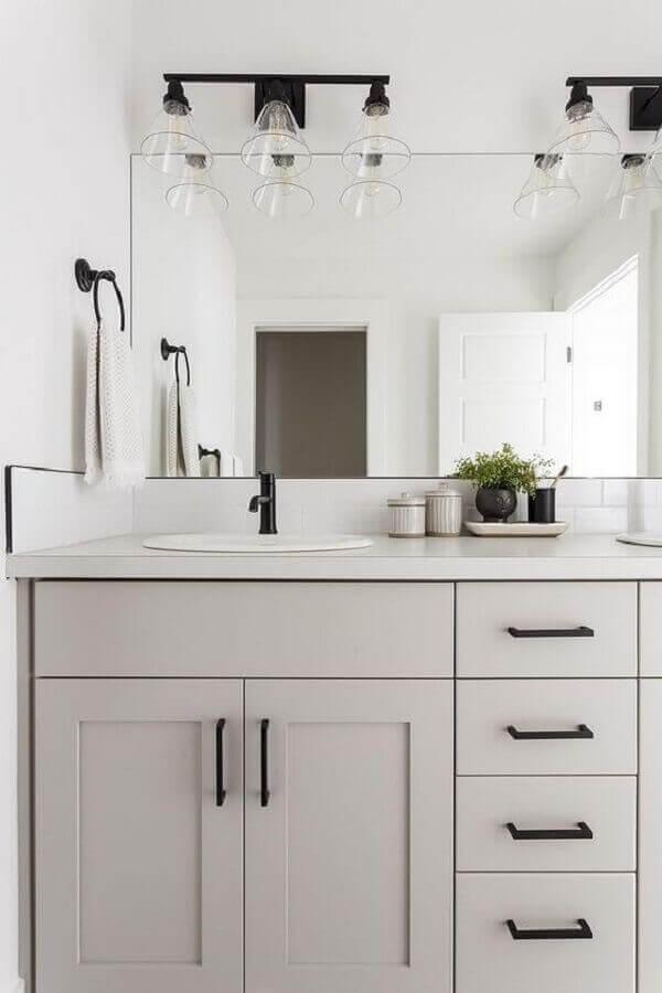 Trio de luminária de banheiro decoram o espaço com elegância