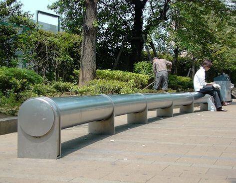 Arquitetura hostil: banco com formato cilíndrico não permite deitar (foto: Pinterest)