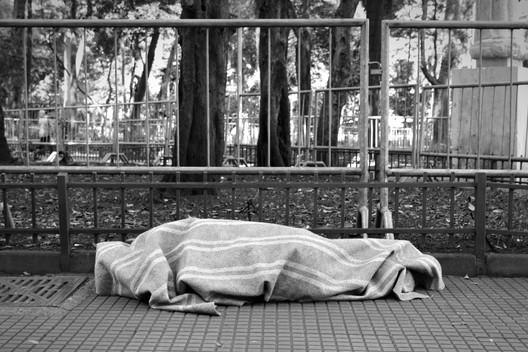Arquitetura hostil: morador de rua (foto: ArchDaily)