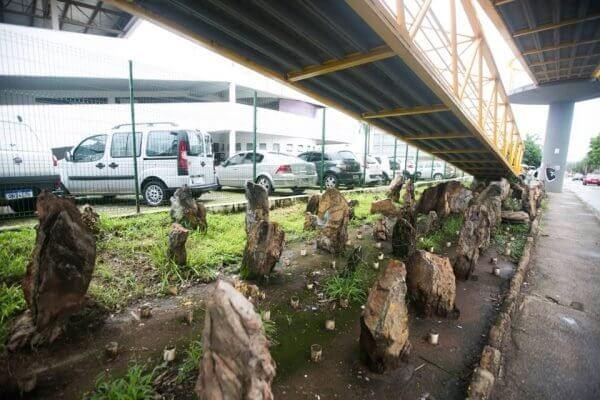 Arquitetura hostil no Brasil: pedras instaladas sobre viaduto do DF (foto: Metrópoles)