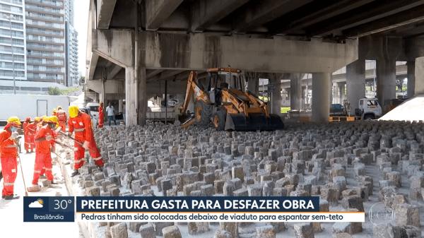 Arquitetura hostil no Brasil: pedra sob viaduto em São Paulo foram retiradas (foto: UOL)