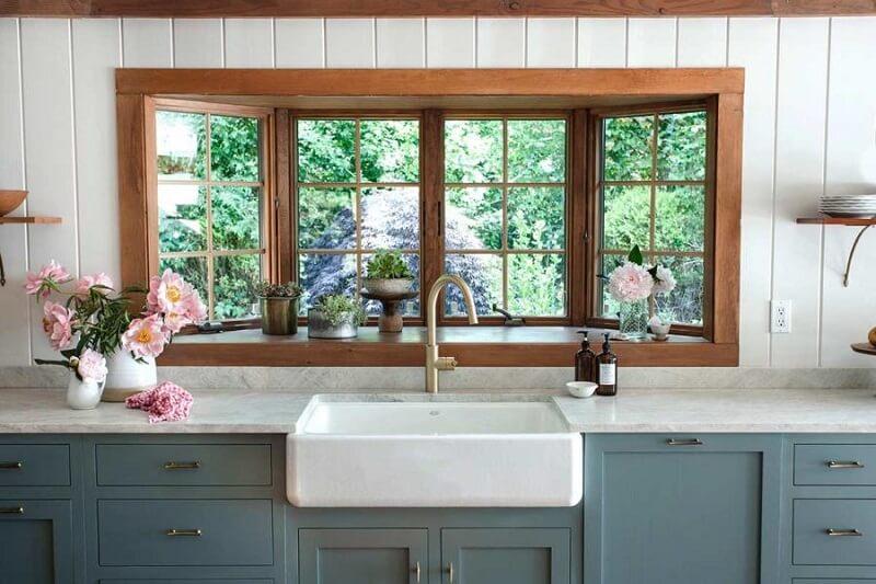 A cuba farm sink agrega valor na decoração da cozinha. Foto: Heidi's Bridge