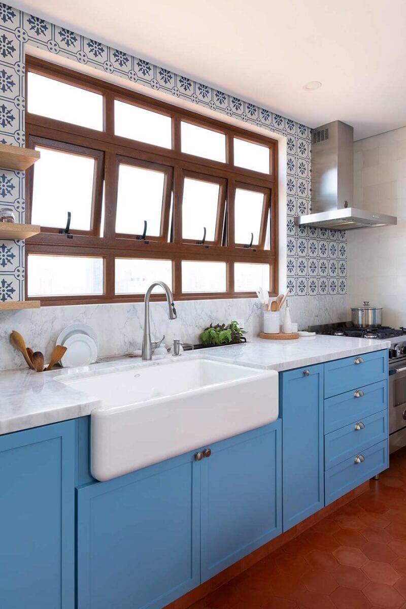 A farm sink é um modelo de cuba de semiencaixe para cozinha. Projeto de Doma Arquitetura. Foto: Júlia Ribeiro