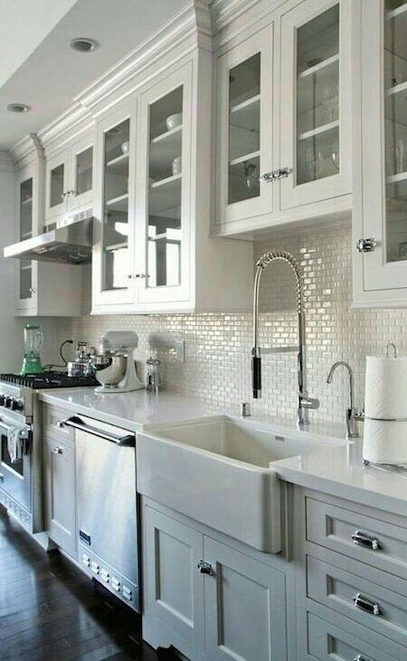 Cozinha clean com torneira gourmet e cuba farm sink. Fonte: Pinterest
