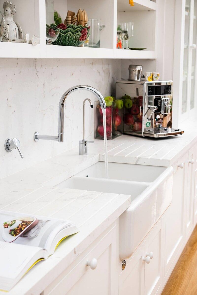 Fique atento ao projeto do cômodo para que a farm sink não prejudique a circulação de pessoas pelo espaço. Fonte: Pinterest