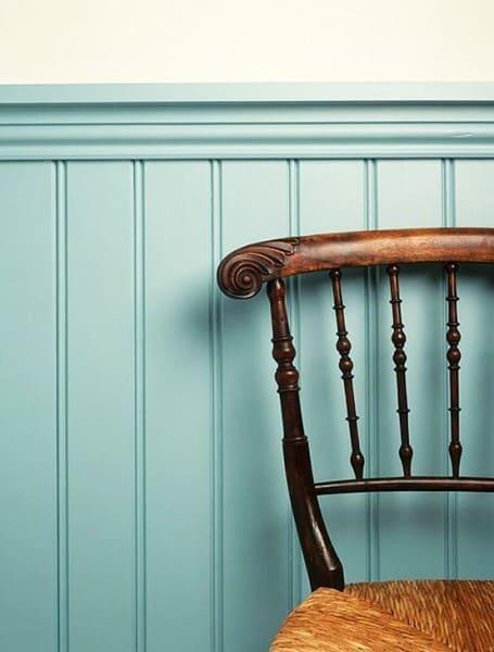 Lambri azul e cadeira de madeira (foto: Pinterest)