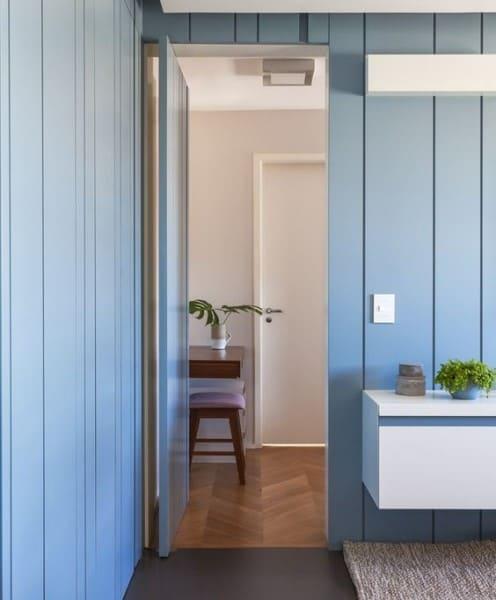 Lambri azul na sala de estar (foto: Revista Casa e Jardim)