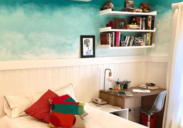Lambri com pintura na parede aposta no estilo contemporâneo (foto: Reprodução Instagram)