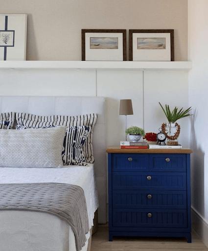 Lambris: quarto com lambri branco e mesa de cabeceira azul (foto: YouCanFind)