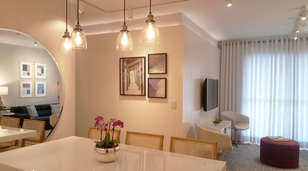 Lambris: salas de jantar e sala de estar integradas com lambri (projeto: Tatiana Baroni)