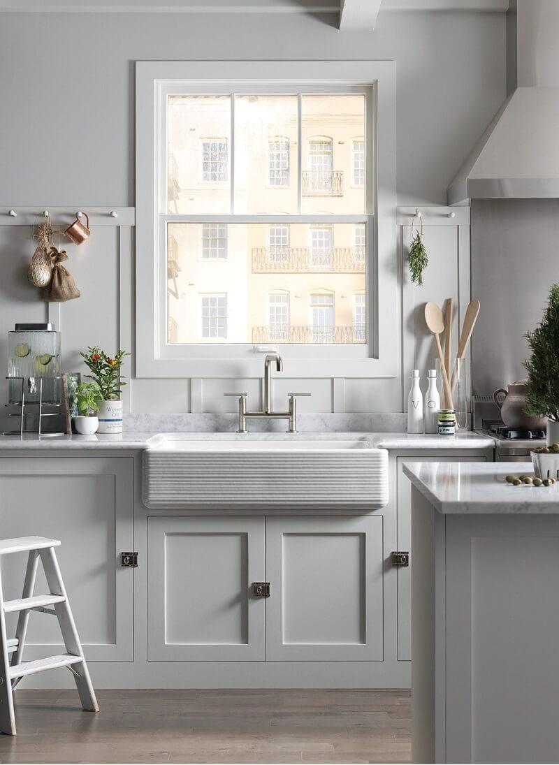 O design diferenciado da cuba farm sink chama a atenção na cozinha. Fonte: Pinterest