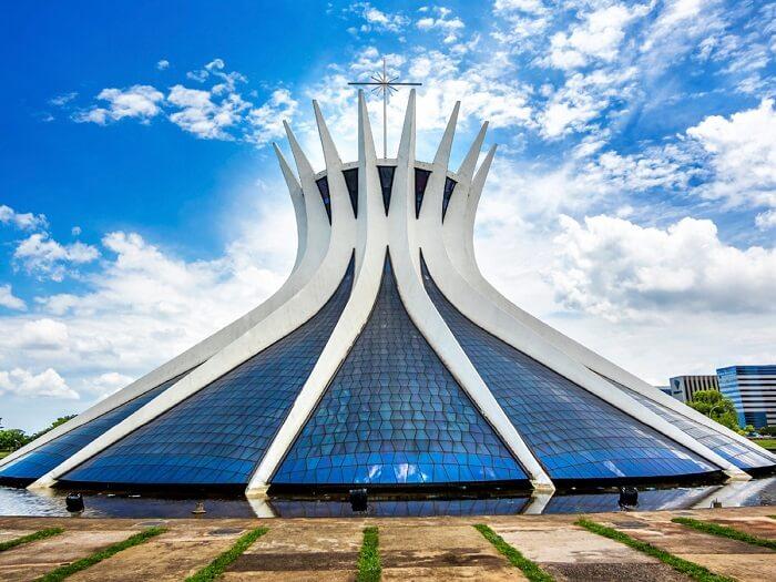 Partido arquitetônico: Catedral de Brasília projetada pelo icônico Oscar Niemeyer. Fonte: Viajali