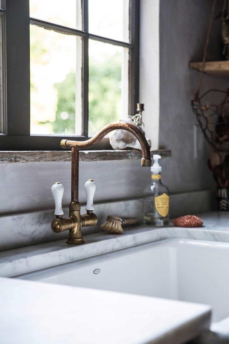 Se você não tem habilidades para realizar a instalação da cuba farm sink procure o auxílio de um profissional qualificado. Foto: Beth Kirby