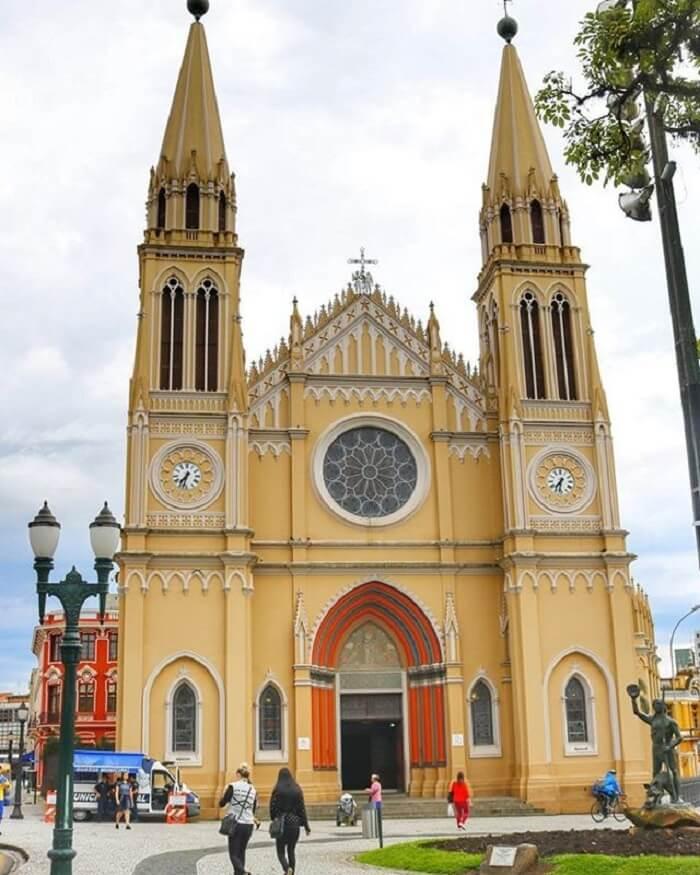 A arquitetura com arco ogival se destaca na Catedral Basílica Menor de Nossa Senhora da Luz dos Pinhais, Curitiba - Brasil. Fonte: Pinterest
