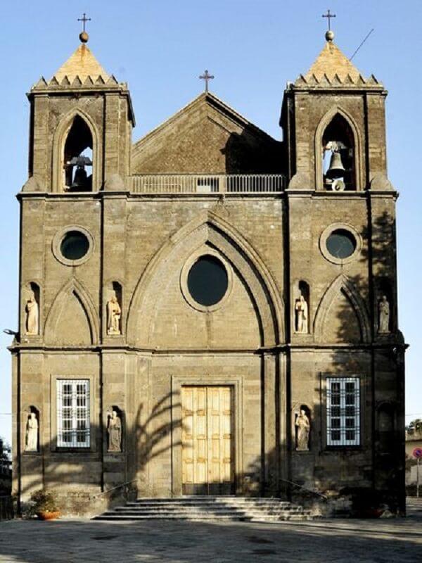 A arquitetura da igreja Santa Maria delle Grazie, na Itália, também usa o arco ogival na fachada. Fonte: Pinterest