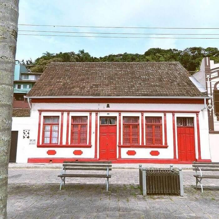 A casa colonial é marcada pela grande quantidade de janelas. Fonte: Pinterest
