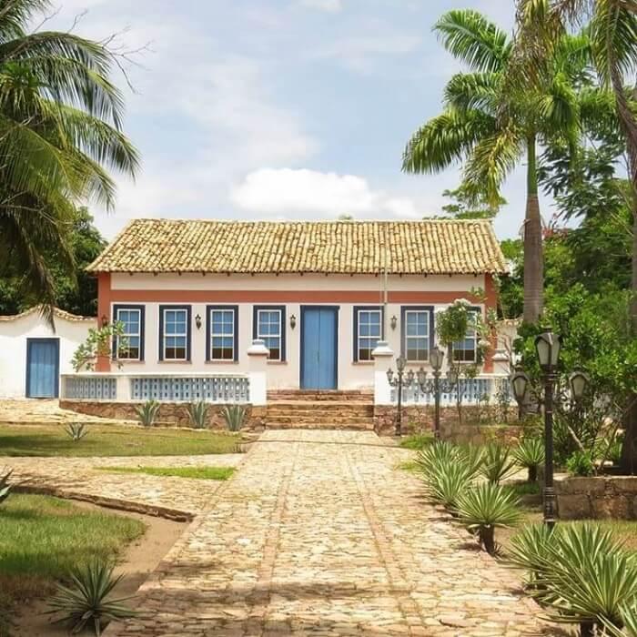 A casa colonial é o retrato do estilo arquitetônico difundido no período da colonização no Brasil. Fonte: Pinterest