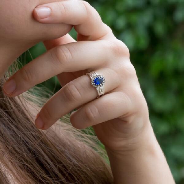 A pedra safira azul se destaca no anel símbolo da arquitetura. Fonte: Pinterest