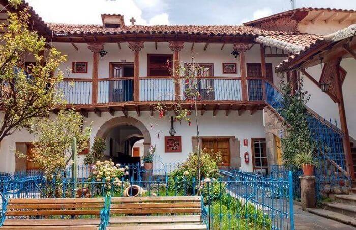 As colunas ajudam na sustentação do telhado da casa colonial. Fonte: Pinterest