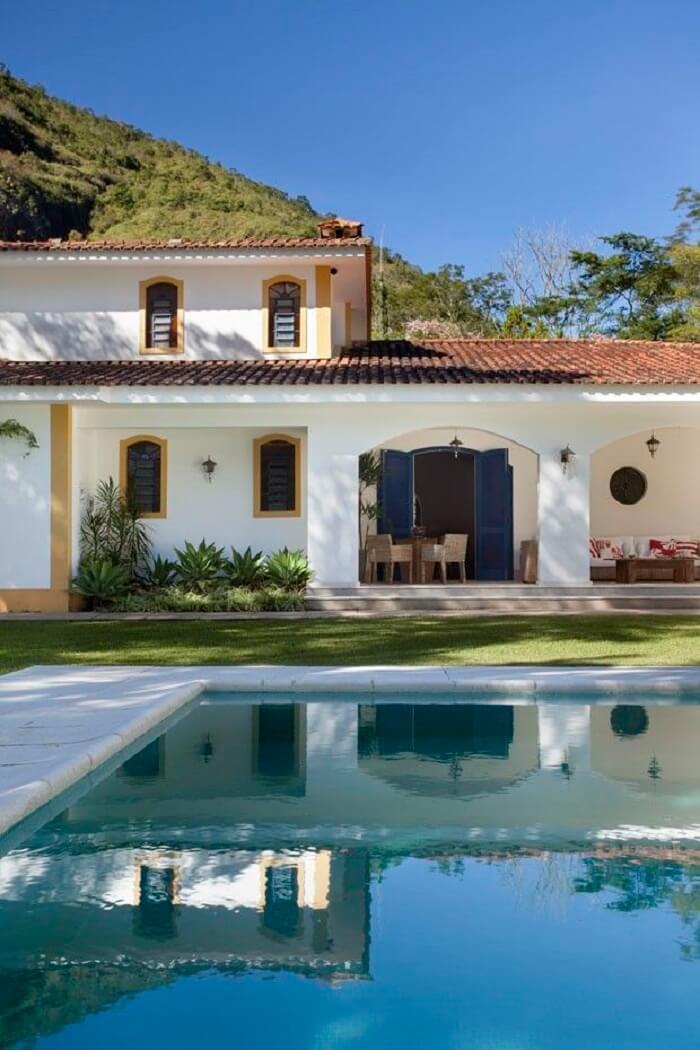 Casa colonial: a telha colonial de cerâmica se destaca no telhado do imóvel. Fonte: Casa Vogue