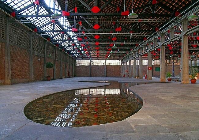 Design biofílico: espelho d´água do Sesc Pompeia. Foto: Eli Kazuyuki Hayasaka