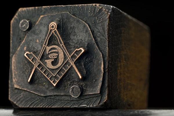 Escultura em pedra sabão com os dois elementos: o compasso e o esquadro. Fonte: Pinterest