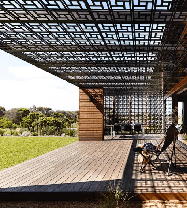 Nas etapas de como fazer muxarabi pergolado procure integrar o seu design junto a arquitetura do imóvel. Fonte: Pinterest