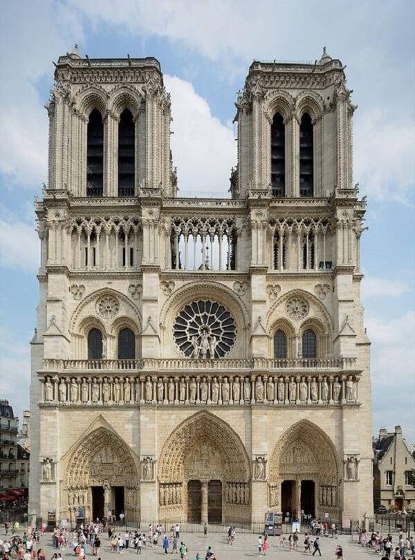 O arco ogival marca a fachada da Catedral de Notre Dame, em Paris. Fonte: Pinterest