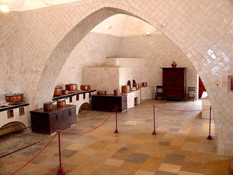 O arco ogival se destaca na estrutura da cozinha do Palácio de Sintra, em Portugal. Fonte: Pinterest