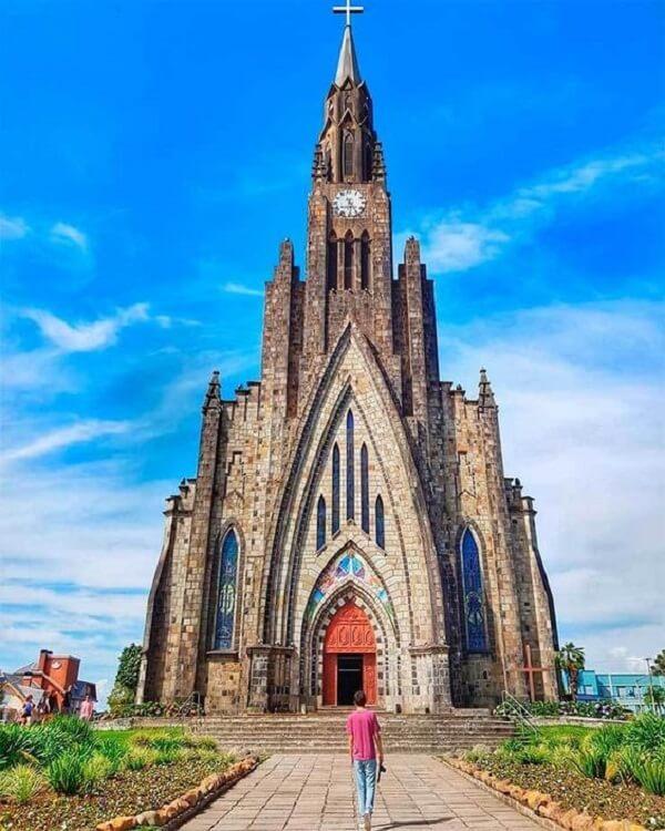 O arco ogival se destaca na porta de entrada da Catedral de Pedra, localizada em Canela, Rio Grande do Sul - Brasil. Fonte: Esse Mundo é Nosso