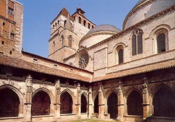 O arco ogival se faz presença em vários pontos da construção da Catedral de Cahors, na França. Fonte: Pinterest