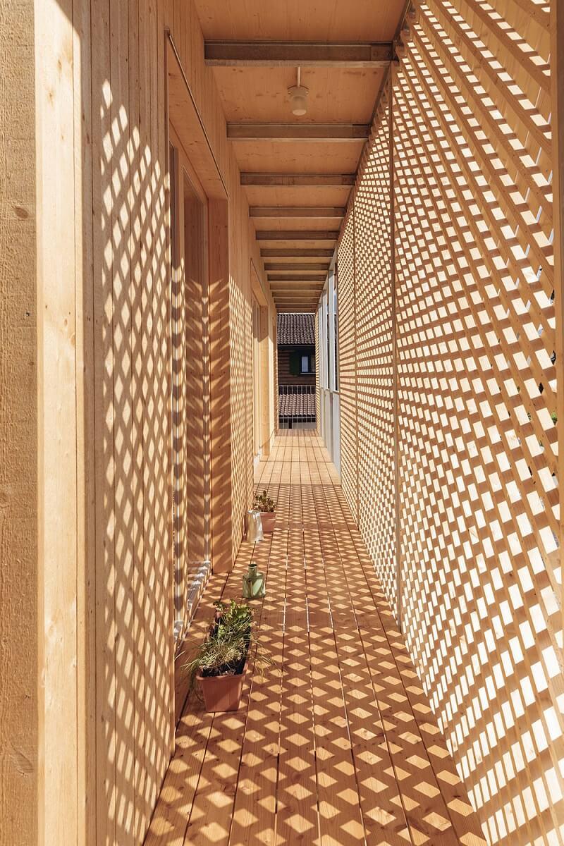 O muxarabi fachada cria desenhos de luz e sombra no ambiente. Fonte: Hanno Mackowitz