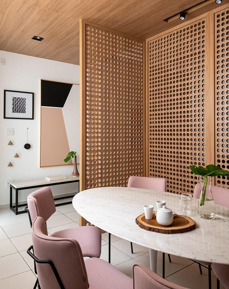 O muxarabi madeira é usado como divisória de ambientes. Fonte: Casa de Valentina