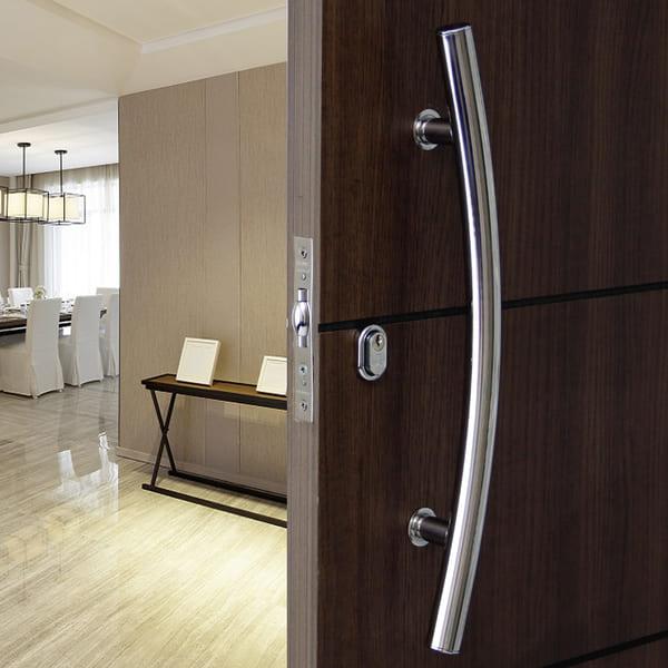 Tipos de puxadores de portas: puxador de porta curvo (foto: Leroy Merlin)