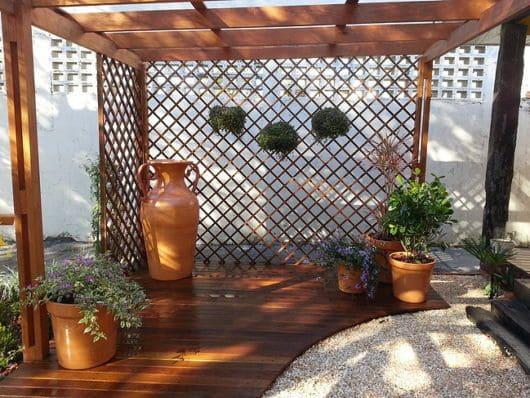 Treliça de madeira com plantas (foto: Pinterest)