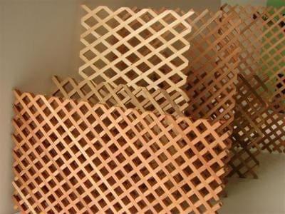 Treliça de madeira é usada para a criação de jardim vertical (foto: Mercado Livre)