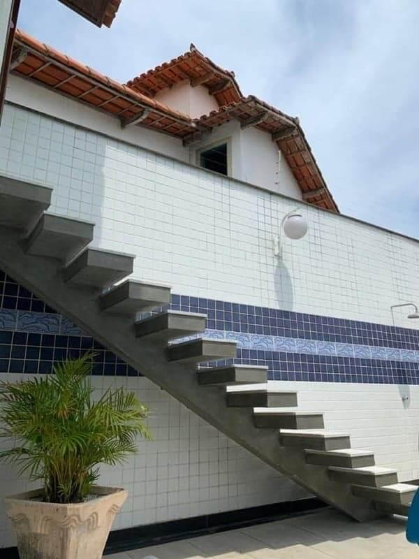 A escada escama de peixe pode compor ambientes internos e externos. Fonte: Pinterest