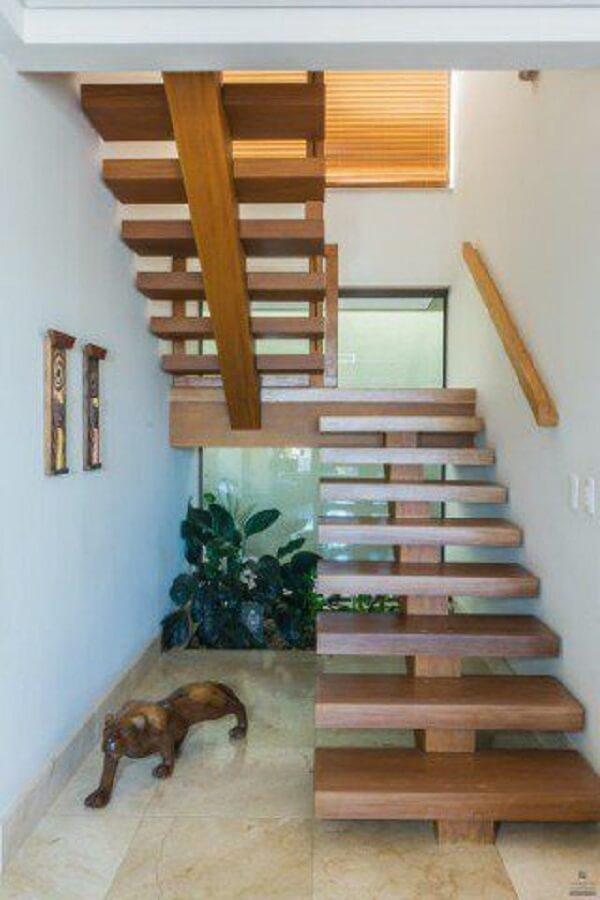 A escada escama de peixe traz um toque aconchegante para a decoração. Fonte: Casa Abril