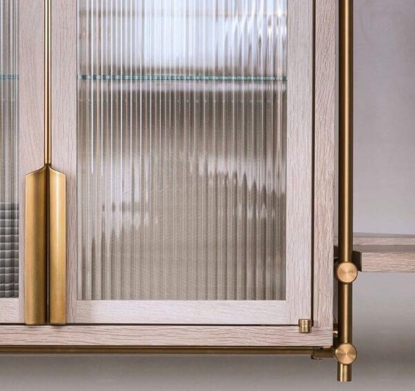 Armário de cozinha feito com vidro fantasia canelado e acabamento em madeira. Fonte: Pinterest