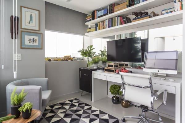 Cadeira ergonômica branca em home office (projeto: Altera Arquitetura)