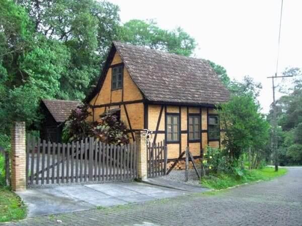 Casa de enxaimel com telhado acentuado em Joinville - SC (foto: Pinterest)