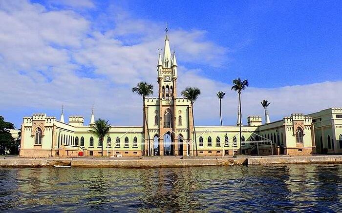 Castelos no Brasil: Castelo da Ilha Fiscal. Fonte: Transportal Viagens