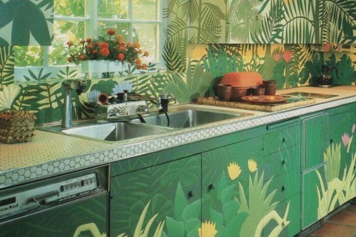 Os estilos de cozinhas tropicais buscam reconectar o cômodo com a natureza. Fonte: Conexão Decor