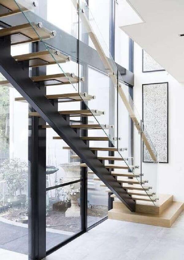 Decoração clean com escada escama de peixe com degraus de madeira. Fonte: Pinterest