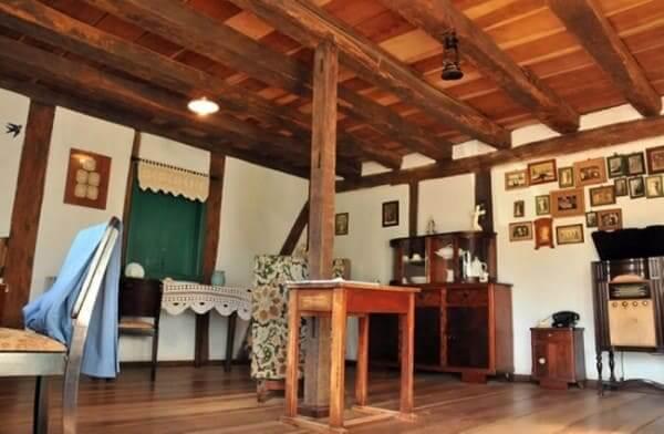 Enxaimel: interior de casa (Museu Cláudio Oscar Becker, em Ivoti - RS) foto: Guia das Artes