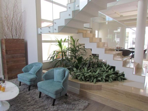 Escada em U branca com piso de cor neutra (foto: Eder Mattiolli)