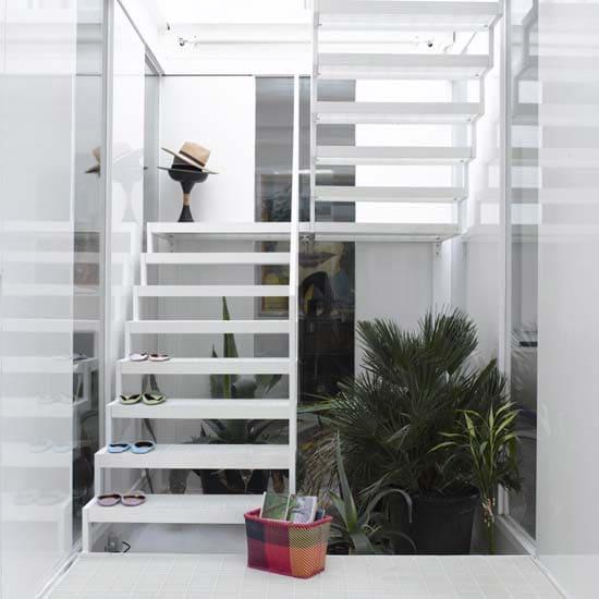 Escada em U metálica branca com plantas embaixo (foto: ConstruindoDECOR)